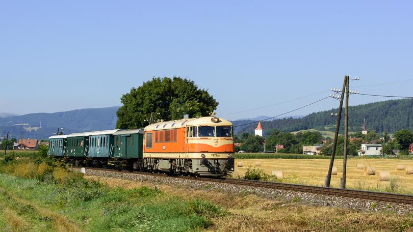 Vlak prechádza cez Slovenskú Ľupču. V pozadí v dedine vidno veže katolíckeho a evanjelického kostola.(Foto:AladaR)