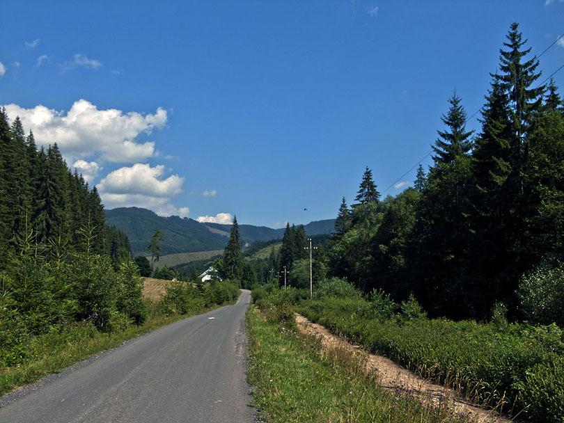 Cesta dolu dolinou Ipoľtica v lokalite Lacková, kde sa nachádza Tajch, ktorý slúžil na splavovanie dreva. Vpravo viedla trať.