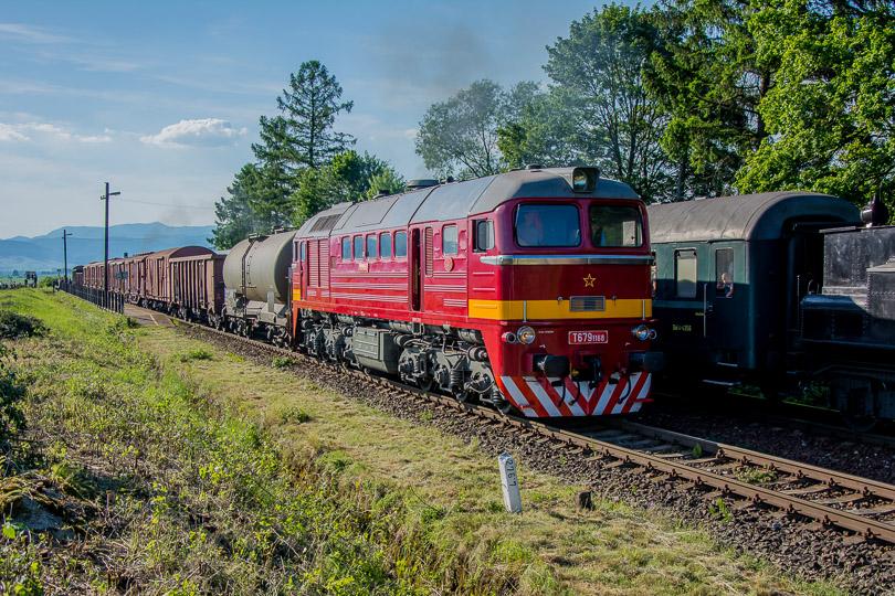 Kvôli problémom s požiarmi sa takto stretol zvláštny osobný vlak s požiarnym vlakom. Na čele požiarneho vlaku bol rušeň T679.1168.