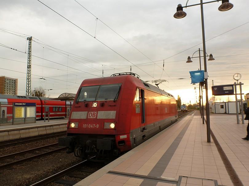elektrická lokomotíva 101.047-9 počas posunu, v pozadí najbrt bastard 371.201