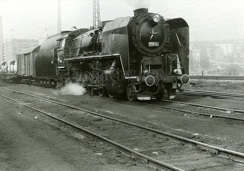 556.062 rozjíždí nákladní vlak ze stanice Praha Vršovice (odjezdová skupina) dne 16. 4. 1973.