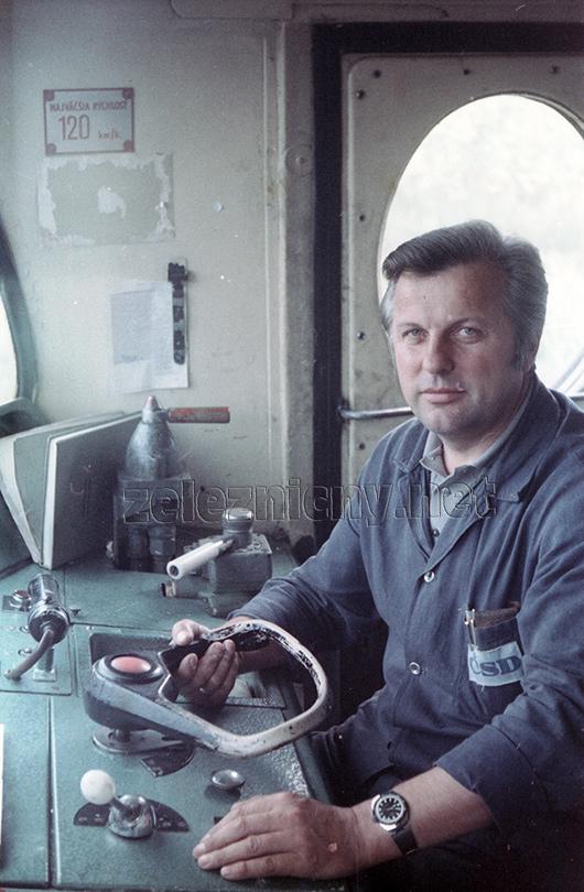 Rušňovodič Paľo Evanič počas jazdy do Kutnej Hory.