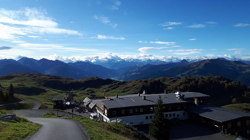 Za Alpenhausom v oblakoch zahalený najvyšší vrch Rakúska – 3798 metrov vysoký Grossglockner