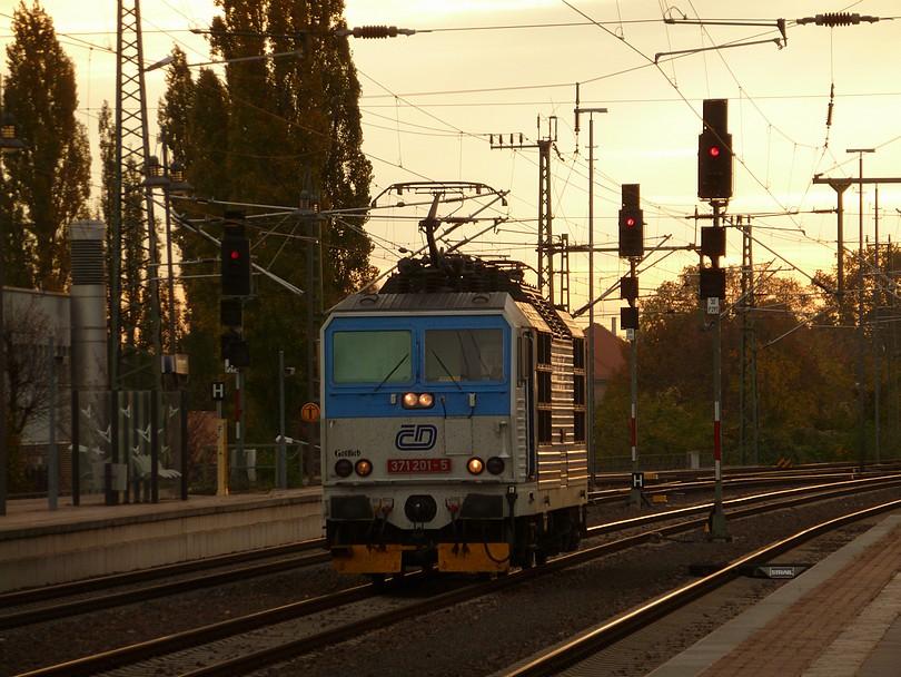 """posunujúci bastard 371.201 Gottlieb sa ako """"páchateľ vrátil na miesto činu"""" , teda vo svojej pôvodnej a dlhé roky domovskej stanici zachytený počas posunu od vlaku EC 176"""