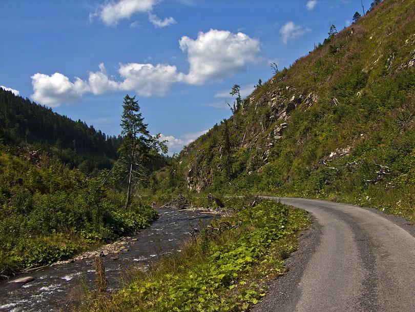 Dolina Ipoľtica. Trať nahradila cesta.