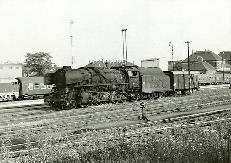 Dne 29. 6. 1977 najíždí ve stanici Leopoldov na manipulační vlak lokomotiva 556.0471.