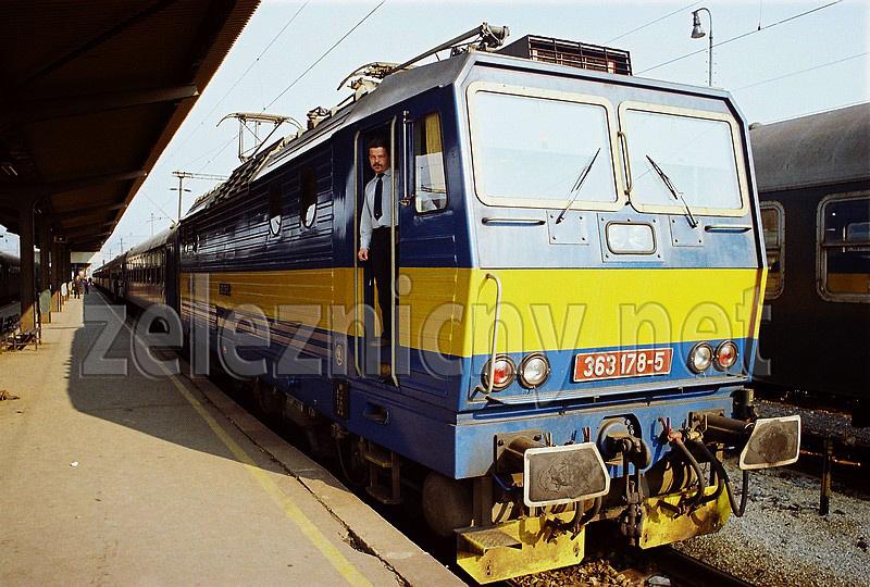 Laco Šebedovský po príchode jeho posledného vlaku Varsovia do žst. Bratislava Nové Mesto v roku 1992. Foto Dušan Kelo.