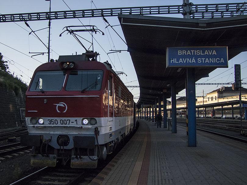 """Každý môj deň začína o 4:30 keď vstanem a pomali sa vyberiem na bratislavskú hlavnú stanicu ku vlaku EC 378 """"Slovenská Strela"""". Moje prvé kroky smerujú k rušňu čo nás bude ťahať a samozrejme si ho musím odfotiť."""