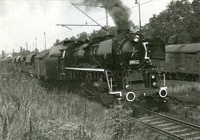 Lokomotiva 556.0116 opouští českobudějovický rapír s nákladním vlakem do Českých Velenic dne 30. 8. 1974.