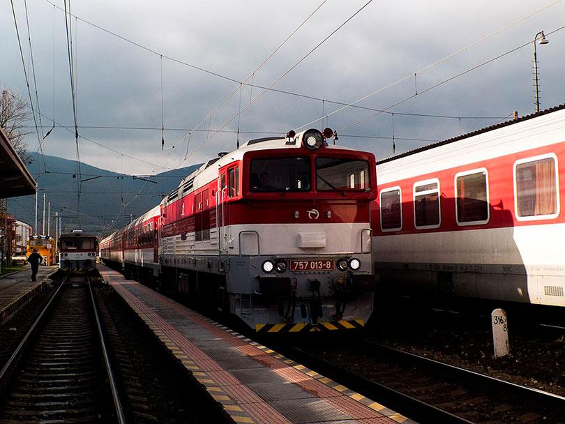 Prichádza náš vlak do Zvolena Zr1851 Blatnica v čele s rušňom 757 013.(Foto:DjMiscin)