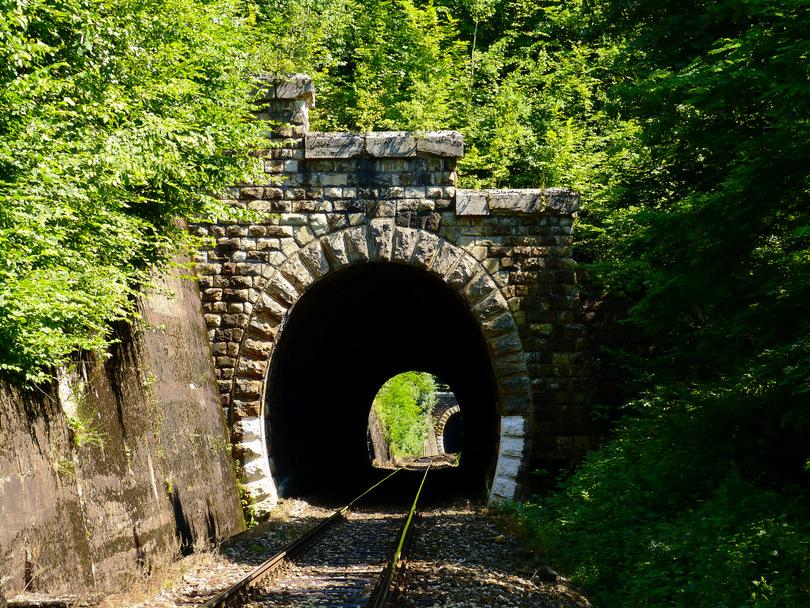 Jeden z piatich Uľanským tunelov, konkrétne štvrtý (číslované v smere od BB)