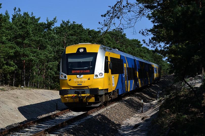v opačnom smere do Gdyne ide osobný vlak tvorený jednotkou SA138-001 s cyklovozňom, zachytený neďaleko piesočných dún, 17.7.2014
