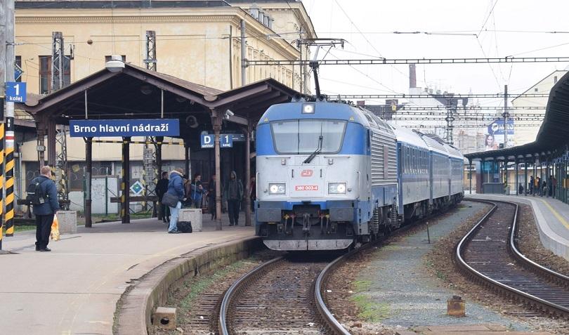 Tu sa už nachádzame v Brne kde akurát prichádza Metropolitán s 380 003-4.