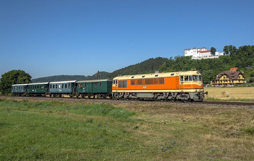 Nesmie chýbať ani pohľad na vlak ako ide popod Ľupčiansky hrad.(Foto:Duko)