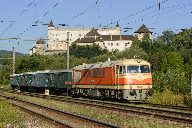 Cé-nulka odchádza spod Zvolenského zámku na svoju výročnú jazdu.(Foto:AladaR)
