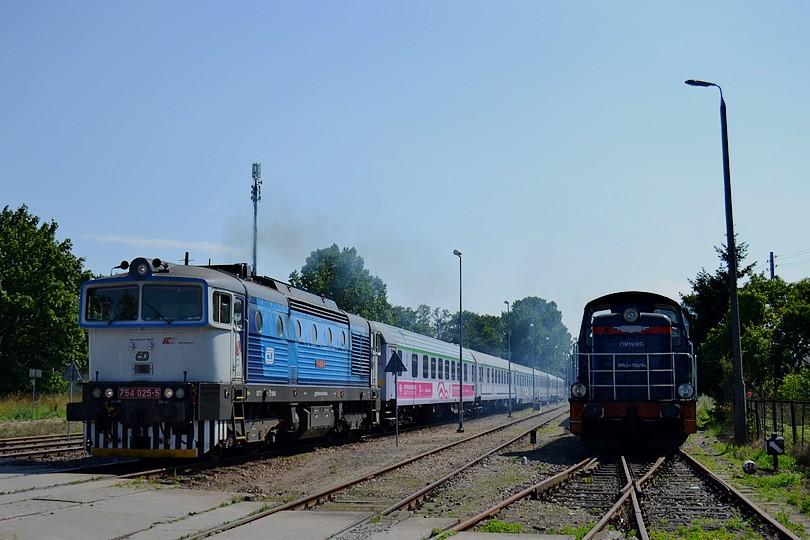 Okuliarnik 754.025 v čele obratového expresu EIC 5130 Jantar odchádza z východzej stanice Hel, 16.7.2014