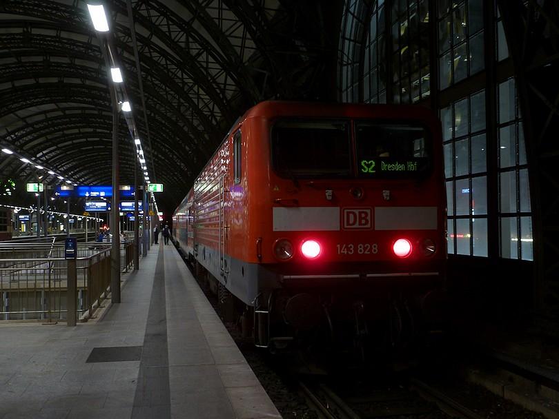 na nástupišti zastavil končiaci vlak linky S2, tlačený rušňom 143. 828