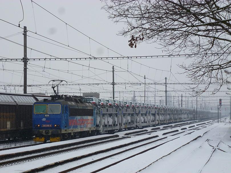 ťažko povedať, či cargo, alebo cestná doprava vyhráva, tu ale vedie železnica