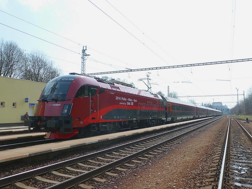 Vlak EC 30000 počas pobytu z dopravných dôvodov v Letoviciach ...