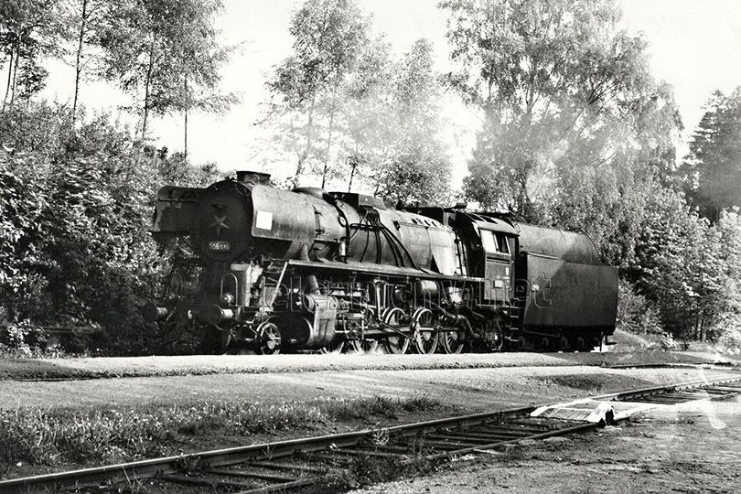 Lokomotiva 556. 046 s malými plechy ve stanici Česká Metuje dne 24. 5. 1974.