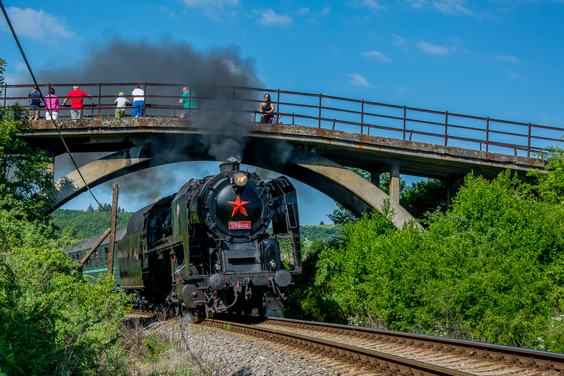 Prvú zastávku sme si urobili v dedinke Sklené, kde som takto cvakol rušeň 556.036 so zvláštnym vlakom Prossek Expres z Prievidze do Vrútok.