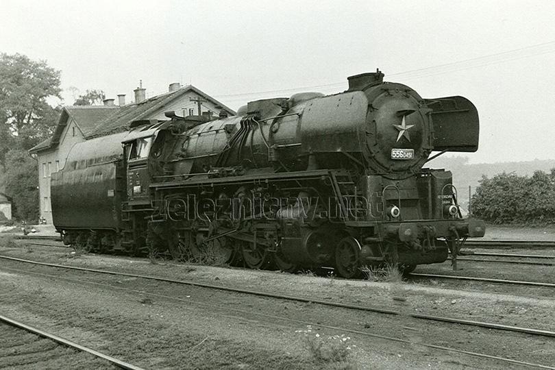 Ve stanici Kladno Dubí odpočívá lokomotiva 556.0451. Je 4. července 1973.