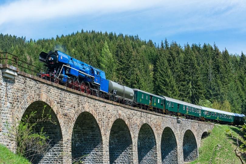 Mimoriadny osobný vlak prechádza po Chmarošskom viadukte.(foto:AladaR)