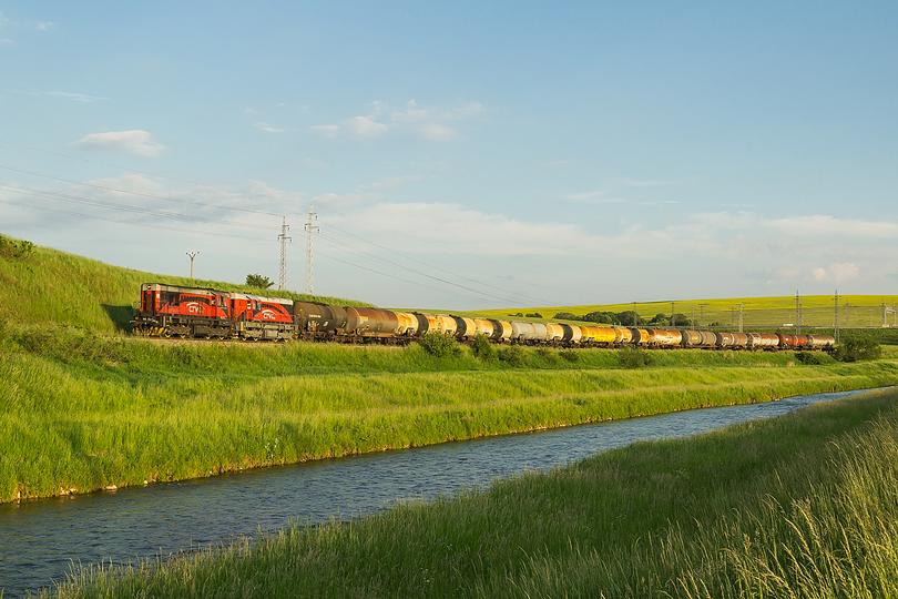 Jún – Dvojica 740.722+740.595 s Pn 51081 prechádzajúca okolo rieky Poprad sa blíži k stanici Matejovce pri Poprade. Súpravou bola prepravovaná nafta z rumunskej Ploiesti do Kežmarku. 03.06.2015