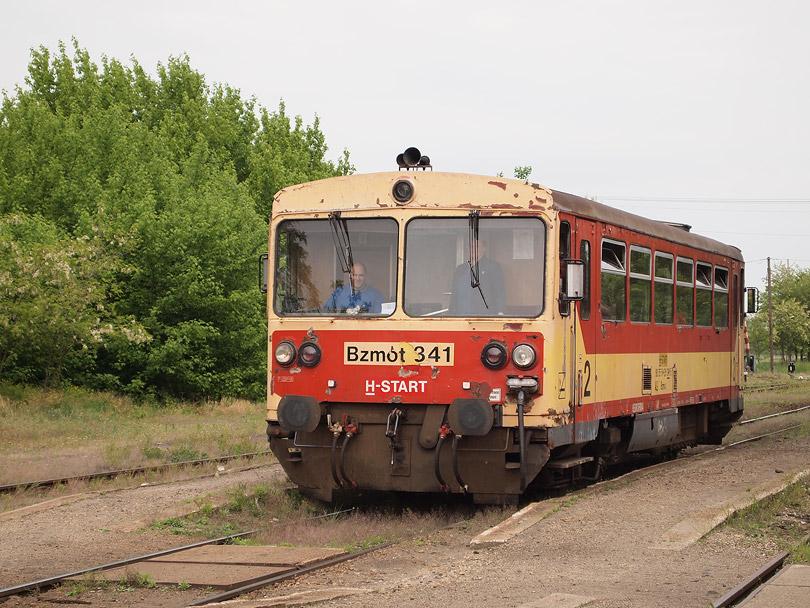 ...alebo frontový Bzmot 341 pri zostavovaní motorového osobného vlaku číslo 32235