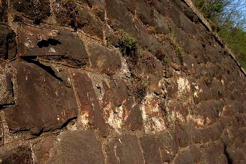 miesto nárazu gorily ES 499.0010 do múru je dobre viditeľné aj po 35 rokoch ....