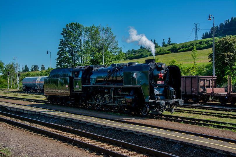 Štoker posunuje v stanici Horná Štubňa na opačný koniec vlaku, aby ho ťahal ďalej do Vrútok.