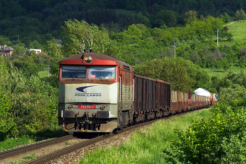 Po pol hodine vychádza z Jablonovského tunela ďalší vlak. 751 118-1 Mn 82210 18.05.2015