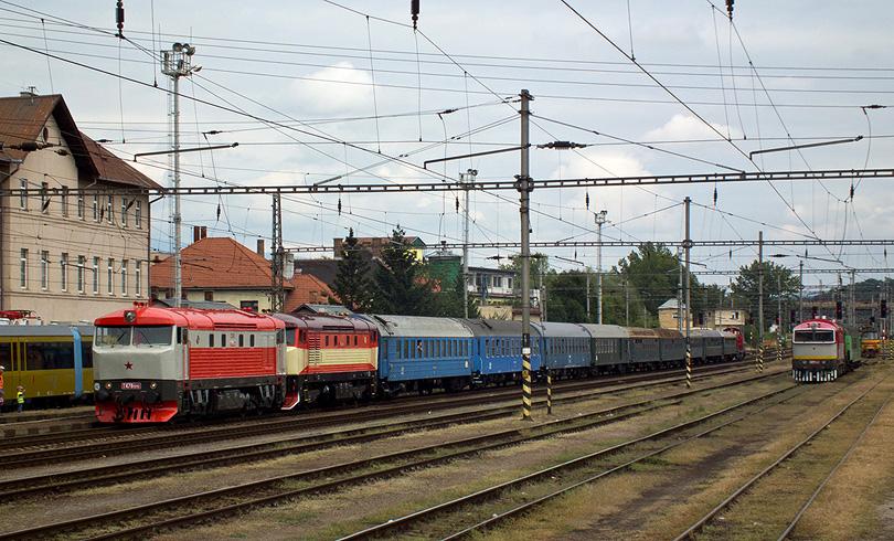 T478.1010 a 749 248 na mimoriadnom rýchliku do Vrútok pripravené na nákladnej stanici a vpravo požiarny vlak s T478.3109