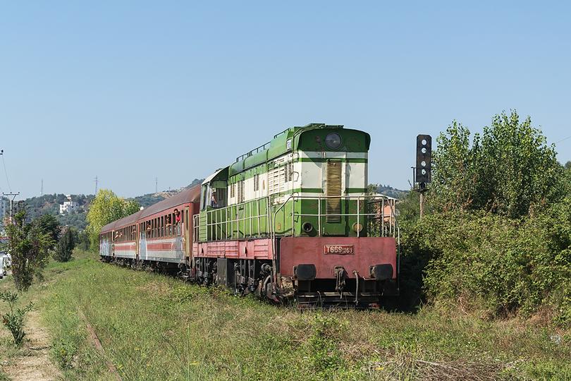 """V auguste som bol na dovolenke v Albánsku kde vlaky stále ťahajú """"Čmeliaky"""". Golem 21.08.2016"""