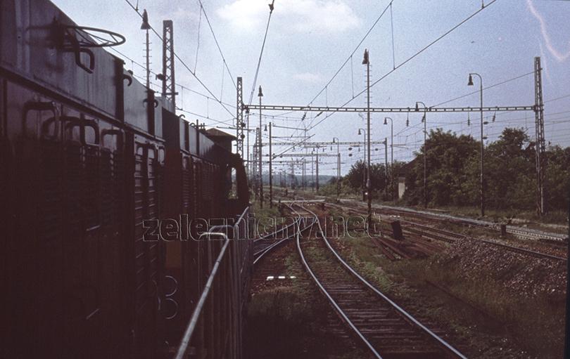 Odchod vlaku Mn82671 zo stanice Zohor. Nad príprahovým rušňom vidieť poschodovú budovu stavadla č.1.