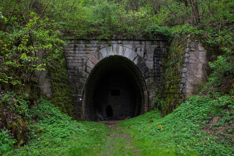Slavošovský portál Koprášskeho tunela.