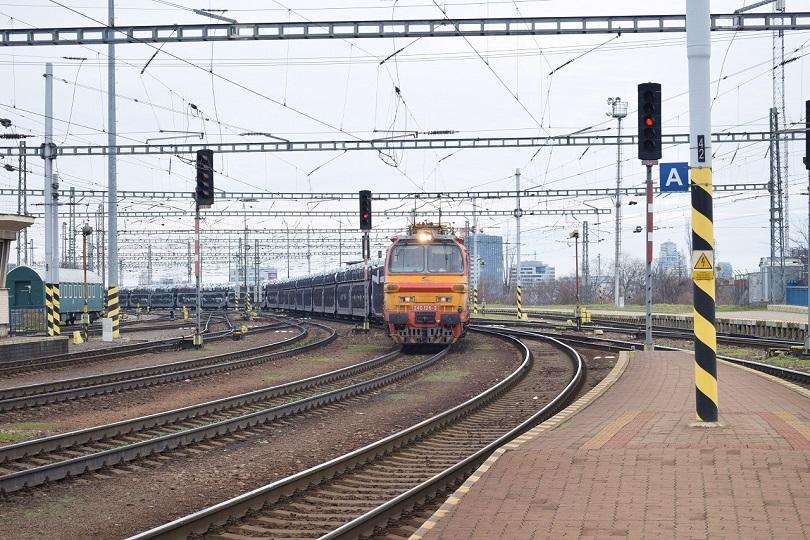 Cez stanicu prefrčala cargo Laminátka 240 126-3 s vozňami ktoré boli naložené autami Citroen C3.