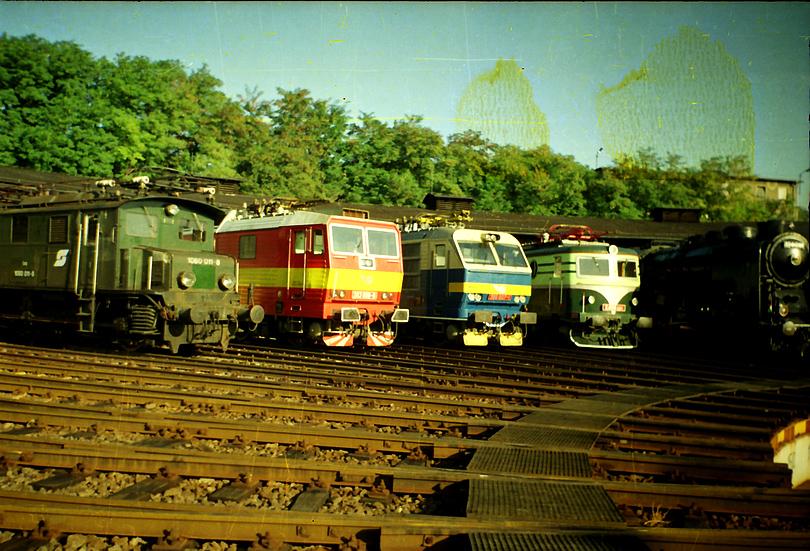 mašinky stoja pred rotundou, zľava rakúsky krokodíl 1080.011, princezná 263.006, gorila 350.007, bobina E499.001