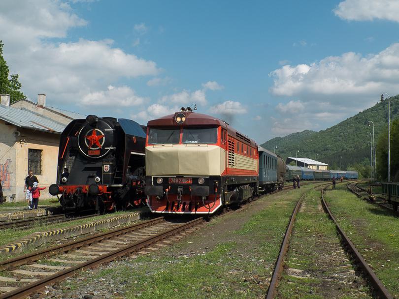Mimoriadny vlak zastavil v stanici Kremnica, aby doplnil vodu na ďalšie jeho pokračovanie.(Foto:AladaR)