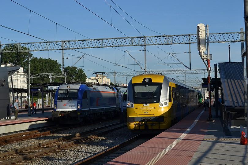 stanica Gdynia Główna: vpravo motorová jednotka SA138-004 po príchode do cieľovej stanice, vľavo čakajúci na odchod vlak EuroCity GBE : Gdynia – Berlin Express v čele s husárom EU44-004, 18.7.2014
