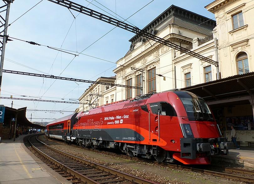 v čele tohto vlaku bol naleštený taurus v korporátnom nátere railjet 1216.229