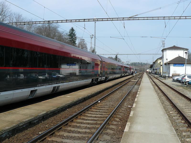 Výluka prvej traťovej koľaje spôsobila, že aj číslom najdôležitejší vlak dostal stoj a v Letoviciach čakal na vykrižovanie protiidúceho osobného vlaku