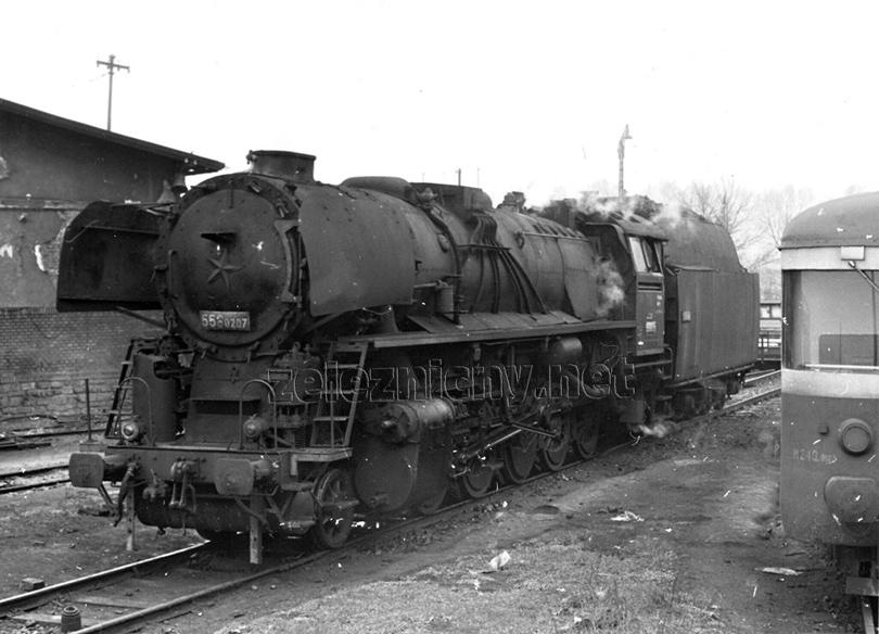 Lokomotivy 556.0207 odpočívá před dalším výkonem na paprscích lokomotivního depa Trenčianská Teplá dne 20. 4. 1978.
