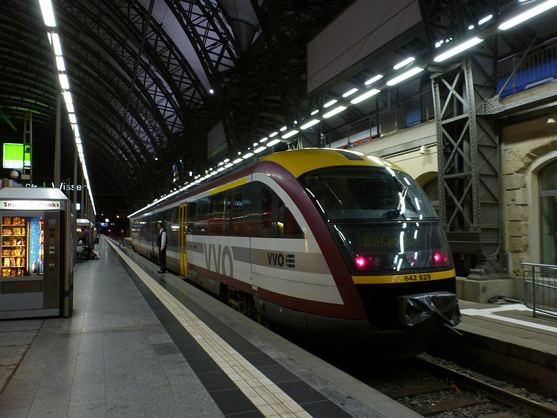 motorový osobný vlak linky SB 34 do Kamenice /Kamenz/ tvorený jednotkou 642.829 dopravcu VVO