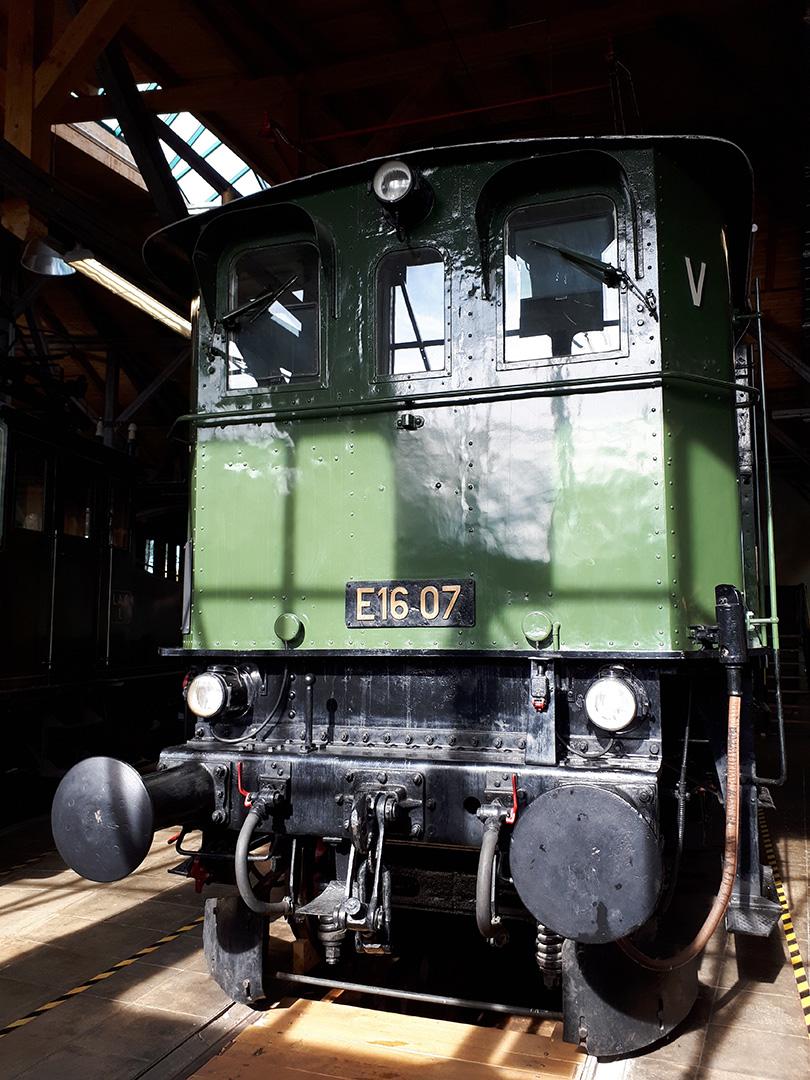 """Prvé stanovište lokomotívy E16.07, označené písmenom """"V"""" (vorn)"""