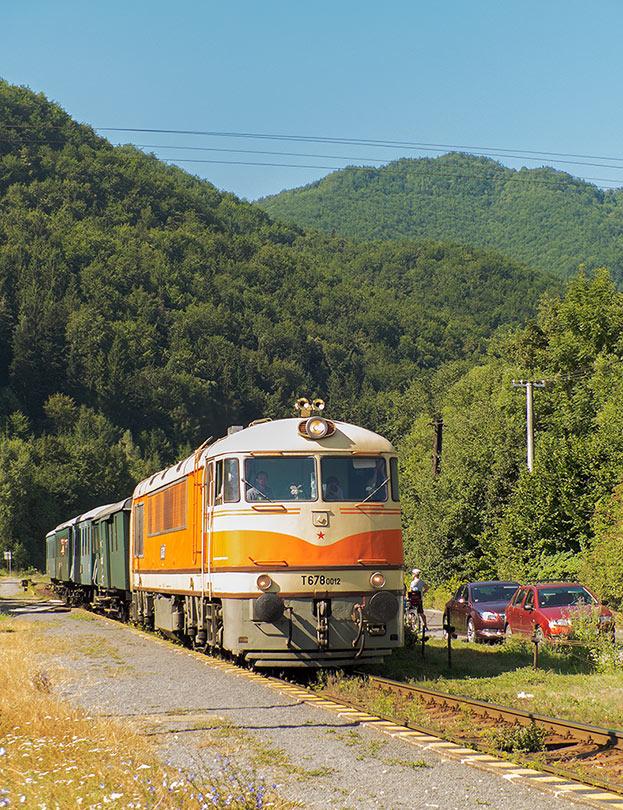 Vlak prechádza cez stanicu Chvatimech.(Foto:DjMiscin)