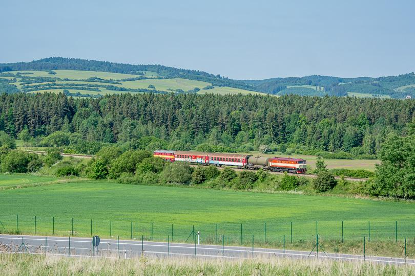 Požiarny vlak sa škriabe na Hornú Štubňu po trati od Prievidze.