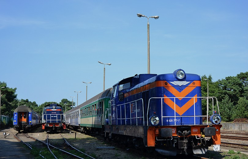 na odstavných koľajach v stanici Hel stoja na súpravách rýchlikov stonky radu SM42 prenajaté od spoločnosti NEWAG, 16.7.2014