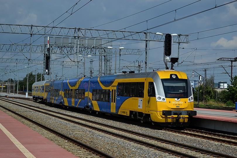 motorový osobný vlak z Helu tvorený jednotkou SA138-001 a jedným cyklovozňom prichádza do konečnej stanice Gdynia Główna, 16.7.2014