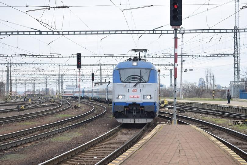 A toto je už náš EC 172 na čele má 380 016-6 ktorá ťahá 7 maďarských a 1 nemecký vozeň.
